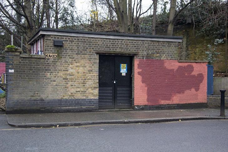 Фото №16 - Красное на черном: Как уличный художник троллил коммунальщиков