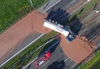 Грузовик с 12 тоннами жидкого шоколада перевернулся на шоссе! Очень сладкое ВИДЕО