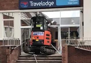 В Ливерпуле водитель маленького экскаватора разнес отель из-за невыплаченной зарплаты (видео)