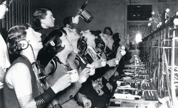 Телефонистки полощут горло для профилактики гриппа. Лондон, 1920 год