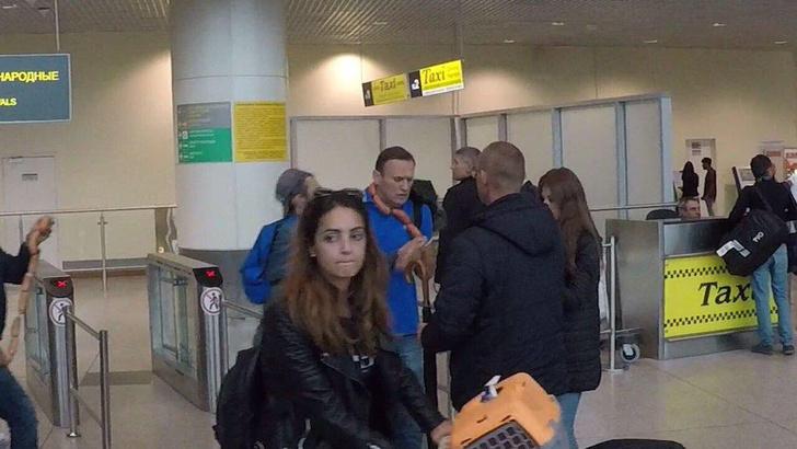 Фото №3 - Лучшие шутки о нападении на Навального с сосисками!
