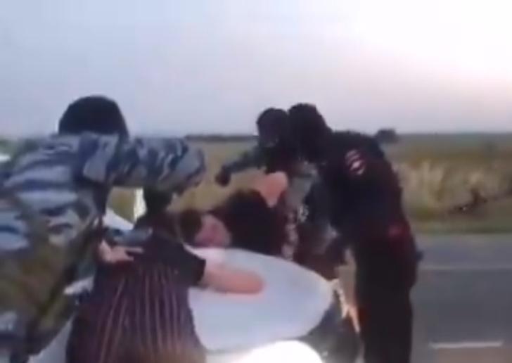 Фото №1 - Иностранцы шокированы оригинальным русским способом делать предложение с «ОМОНом» (видео)