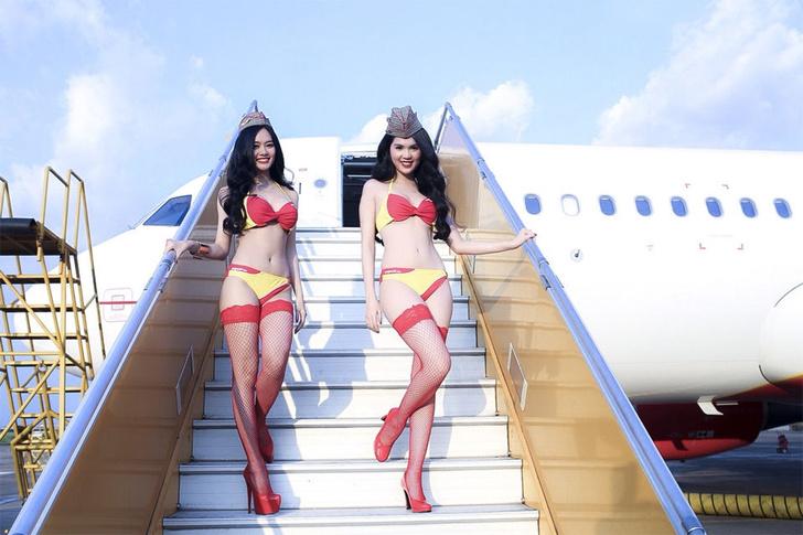 Фото №1 - Это гениально! Первая в мире авиакомпания со стюардессами в бикини!
