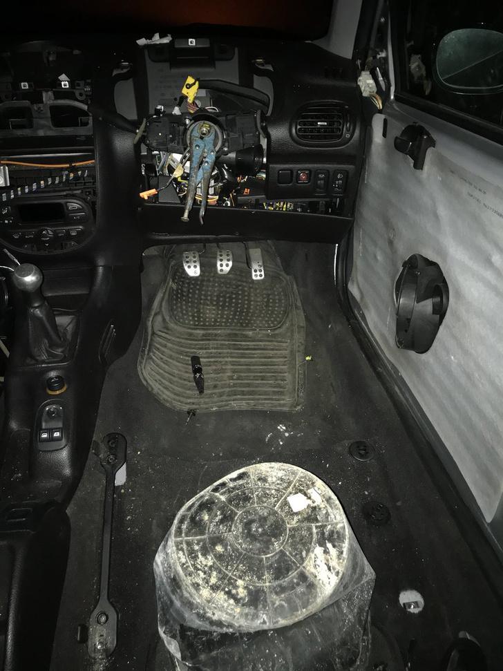 Фото №4 - Полиция остановила машину, глядь — а в ней водитель сидит на ведре и рулит плоскогубцами! (оторопелые ФОТО прилагаются)