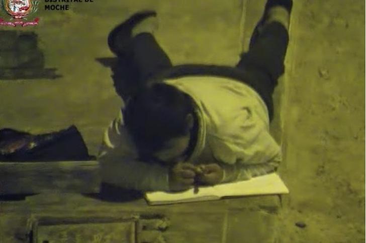 Фото №1 - Школьник делал уроки под фонарем, потому что его семья слишком бедная, чтобы платить за свет (видео)