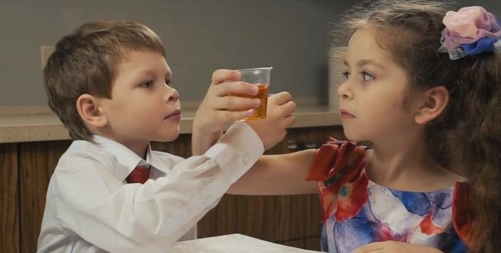 Фото №1 - В Тюмени сняли очень странный социальный ролик, в котором дети пьют на брудершафт