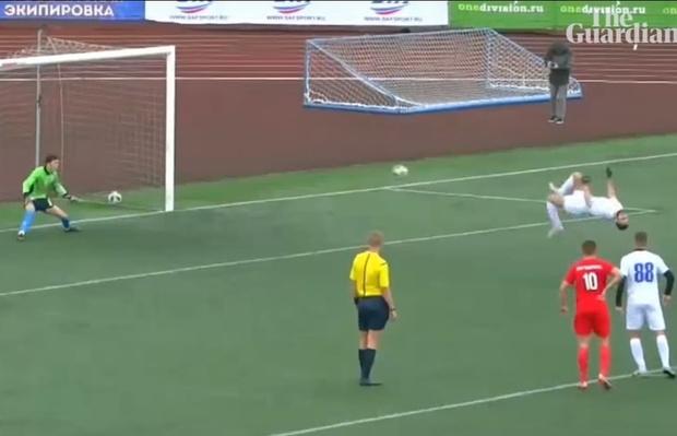 Фото №1 - Футболист забил пенальти, исполняя сальто назад (видео)