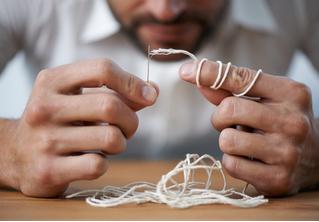 Самый выдающийся лайфхак современности: как вдеть нитку в иголку и не сломать глаза! (ВИДЕО)