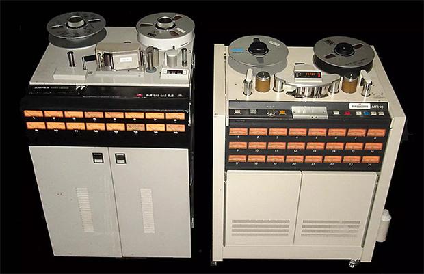 Многоканальные студийные магнитофоны. Слева — на 16 дорожек, справа — на 24