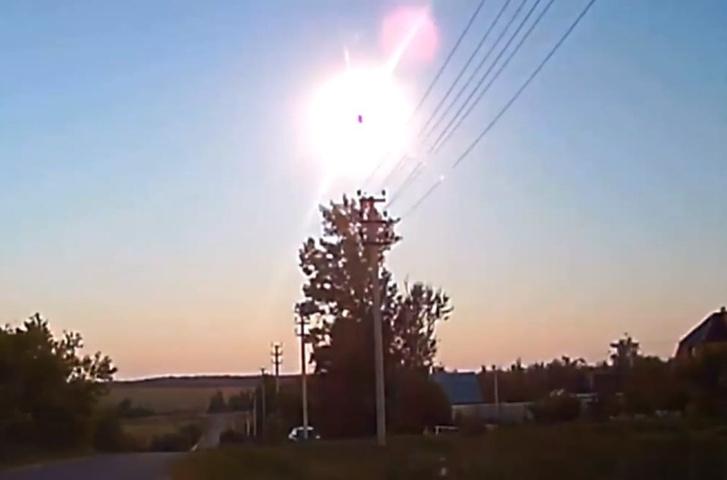 Фото №1 - Таинственный огненный шар заметили в небе жители аж трех областей России! (ВИДЕО)