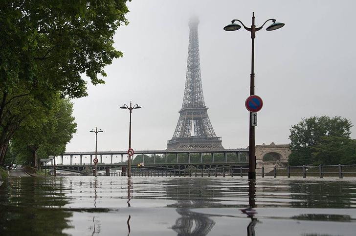 Фото №2 - Ошарашивающие фото потопа в Париже: сейчас и в 1910 году