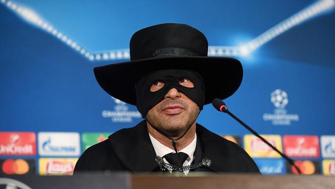 Украинский футбольный тренер явился на пресс-конференцию в костюме Зорро (упоительные ФОТО + ВИДЕО)