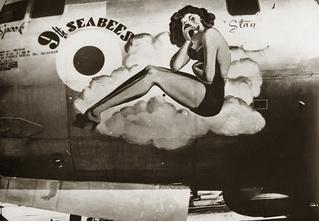 15 редчайших фото: девушки-пинап на бомбардировщиках