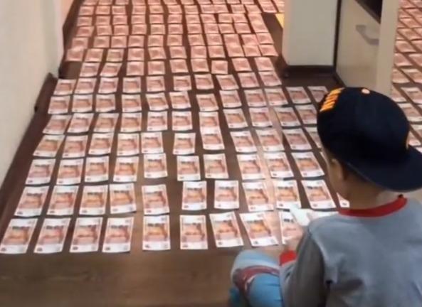 Фото №1 - Сынишки российского бизнесмена выстлали пол в квартире 5-тысячными купюрами (завистливое видео)