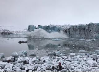 Часть ледника неожиданно откалывается, падает в воду, и туристы удирают от большущей волны (видео)
