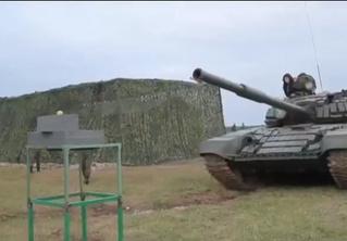 Русский танк разрезает яблоко пополам (видео)