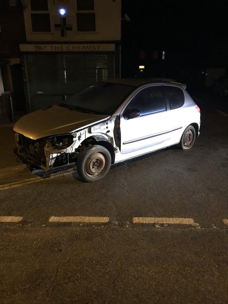 Фото №3 - Полиция остановила машину, глядь — а в ней водитель сидит на ведре и рулит плоскогубцами! (оторопелые ФОТО прилагаются)