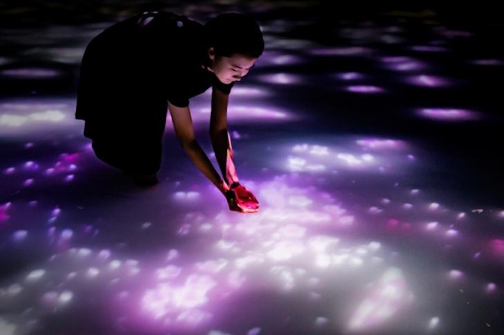 Фото №1 - Японская световая инсталляция в бассейне по колено (видео)