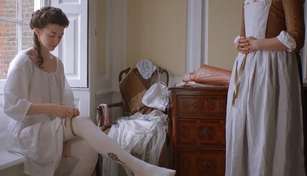 Фото №1 - Для вас, фетишисты: девушку одевают в костюм XVIII века!