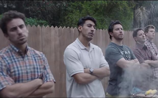 Фото №1 - Gillette запустил рекламную кампанию с новым слоганом. Ролик (прилагается) не на шутку разъярил интернет