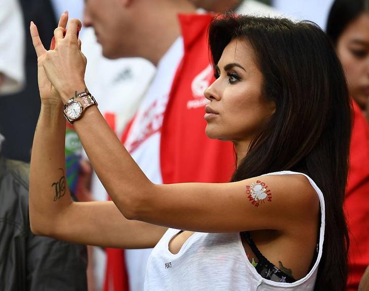 Фото №1 - Сексуальные фанатки Евро-2016 — единственный повод отвести взгляд с поля
