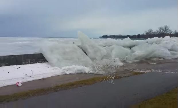 Фото №1 - Ветер выталкивает ледяные глыбы из реки на берег (видео)