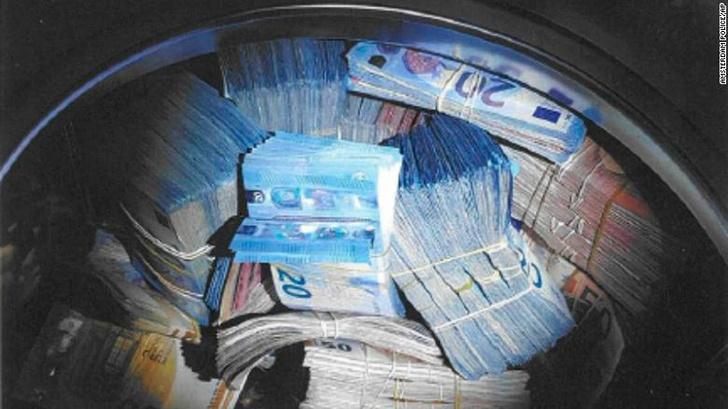 Фото №1 - Мужчину обвинили в отмывании денег после того, как нашли 350 тыс. евро в стиральной машине