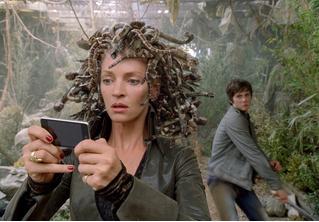 Девушка не сразу разглядела змею на своих шлепанцах. А ты разглядишь?