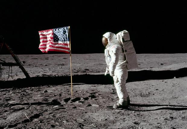 Фото №1 - Оказывается, США оставили на Луне не только американский, но и британский флаг