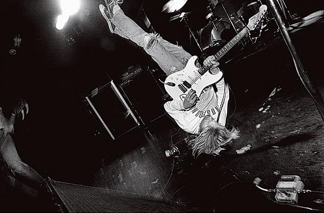 Курт играет, стоя на голове. Ванкувер, 1991