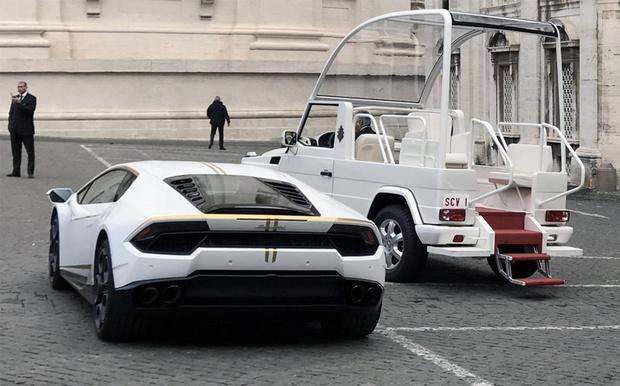 Фото №3 - Святые угодники! Папе римскому подарили Lamborghini, и он распорядился им, как Владыка