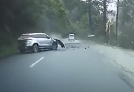 Огромный камень падает со скалы на машину и разбивает ее вдребезги (видео)