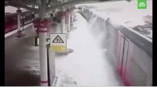 Лавина снега обрушилась на крышу поезда! Зрелищное ВИДЕО из столицы