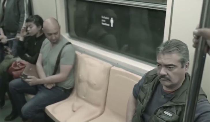 Фото №1 - Сиденье с пенисом?! В метро?! Но зачем?!