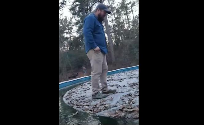 мужик крадется тончайшему льду видео холодеют глаза
