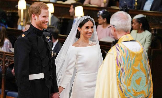 Фото №1 - Самые смешные картинки и шутки о свадьбе принца Гарри и актрисы Меган Маркл!