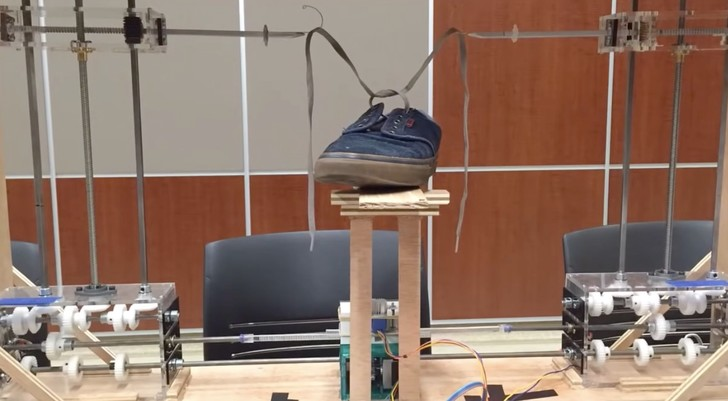 Фото №1 - Робот дня: машина, завязывающая шнурки (видео)