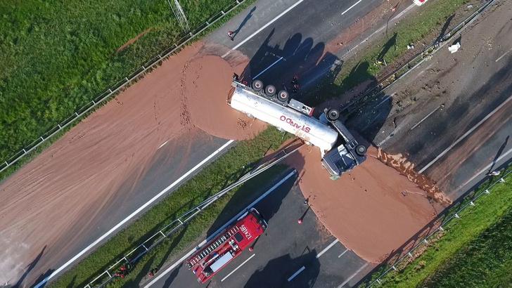 Фото №1 - Грузовик с 12 тоннами жидкого шоколада перевернулся на шоссе! Очень сладкое ВИДЕО