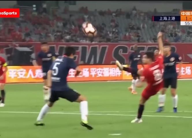 Футболист забил с лёту, стоя к воротам спиной (виртуозное видео)