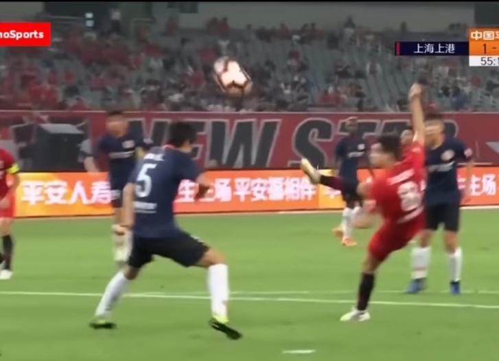 Фото №1 - Футболист забил с лету, стоя к воротам спиной (виртуозное видео)