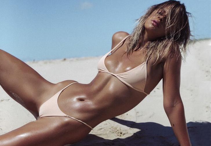 Фото №1 - Модель вкусила истинной славы благодаря комичному незнакомцу, испортившему ее пляжное ВИДЕО