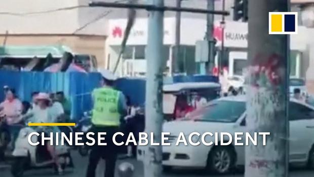 Фото №1 - Китайский полицейский, метла и утренние пробки (ВИДЕО)
