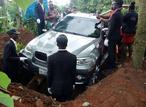 Мужчина похоронил отца в новехоньком BMW X5 и привел Интернет в ярость!