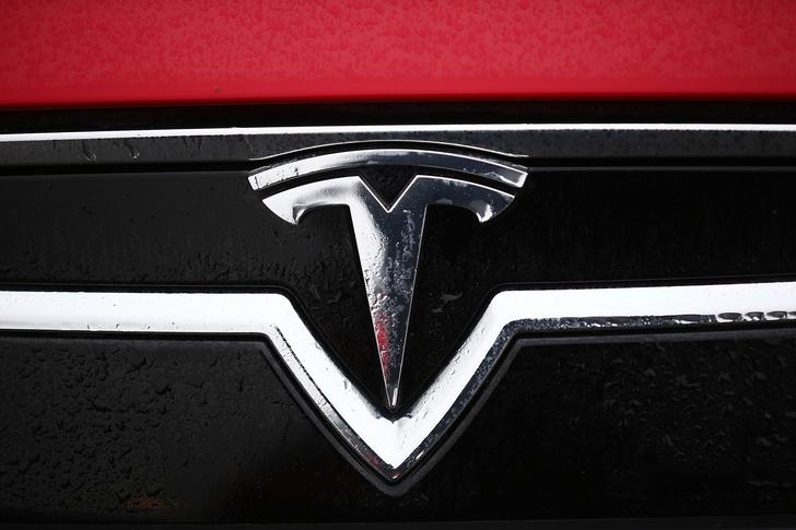 Фото №8 - Электромобиль Tesla Model S — голливудский тест-драйв с дымящимися покрышками и запахом сгоревшей резины