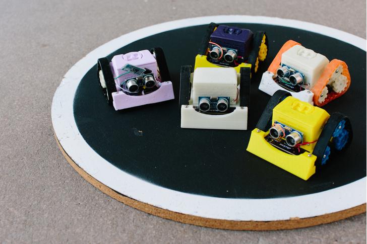 Фото №1 - Бои роботов по правилам сумо действительно интересно смотреть (ВИДЕО)