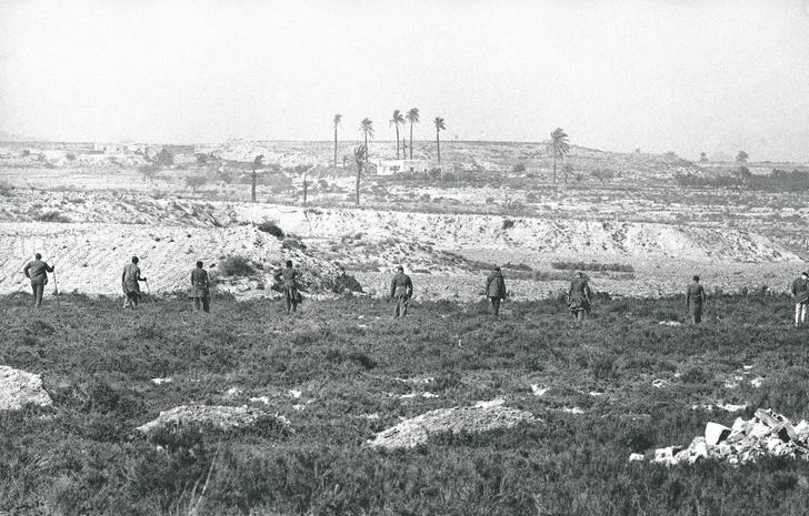 Американские войска, прочесывающие местность в поисках бомбы