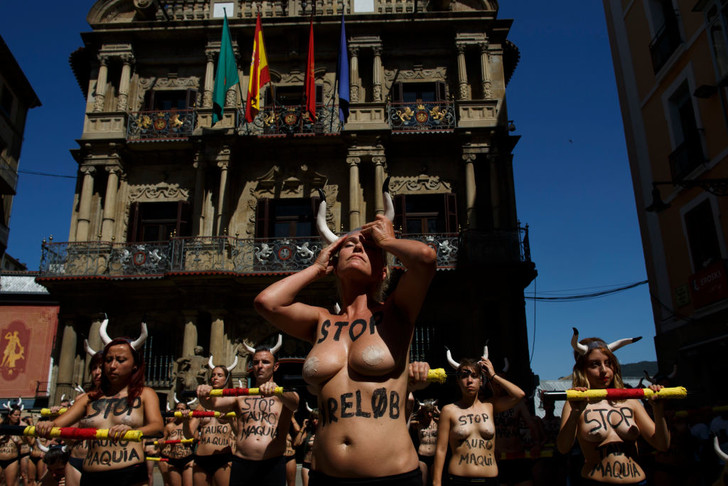 Фото №2 - Испанские активистки разделись в защиту быков