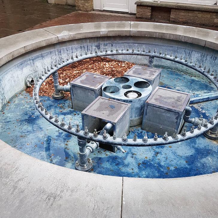 Фото №3 - В Великобритании в фонтан высыпали 100 000 монет, чтобы проверить, как отреагируют прохожие