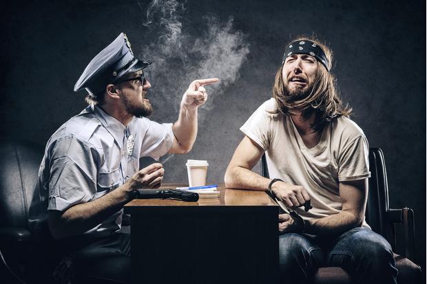 Фото №1 - Как вести себя во время полицейского рейда в клубе