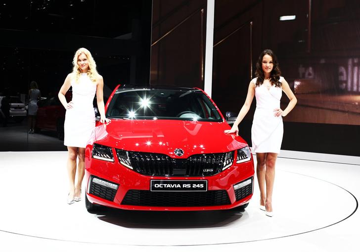 Фото №13 - Лучшие девушки автосалона в Женеве